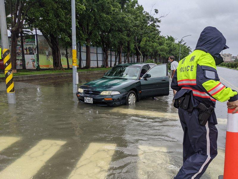 高雄橋頭區隆豐路與公園路口,今天中午11時因路面積水,警方到場管制道路。記者陳弘逸/攝影