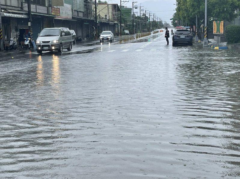 屏東縣鹽埔鄉大仁科大前道路出現積水,警方到場管制交通。圖/里港警分局提供