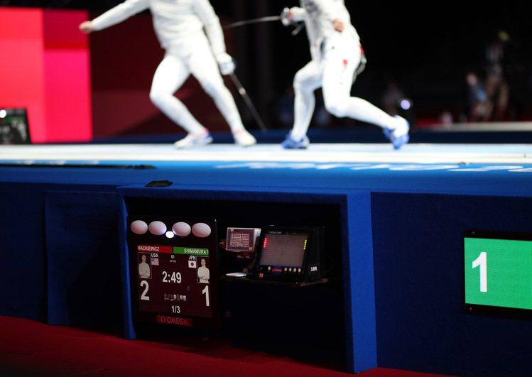 西洋劍的每組比賽皆配有裁判小組與OMEGA影像評判系統,提供選手的動作細節。圖 ...