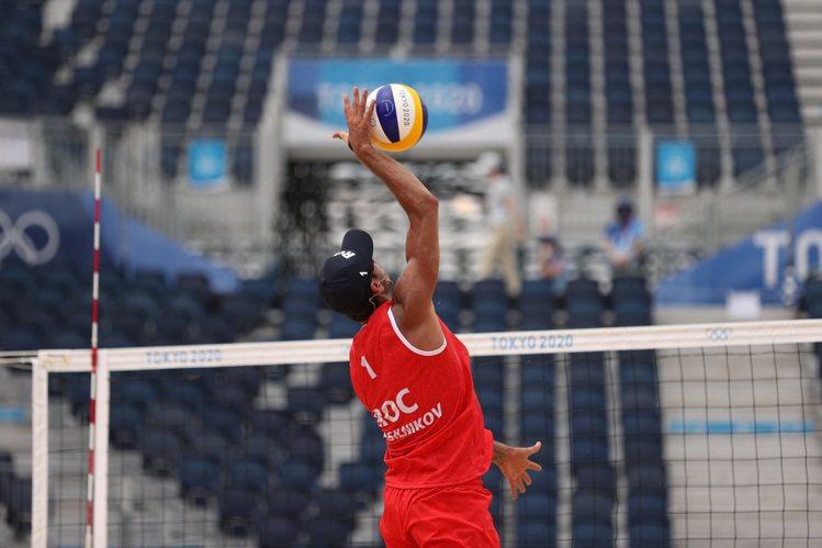 沙灘排球的高速軌跡與落球點不易由肉眼辨識,有賴於場邊動態攝影機的科技輔助、分出真...