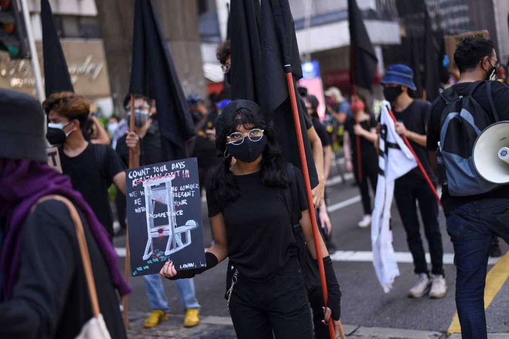 即使有群聚禁令,吉隆坡街頭31日仍有反政府示威。法新社