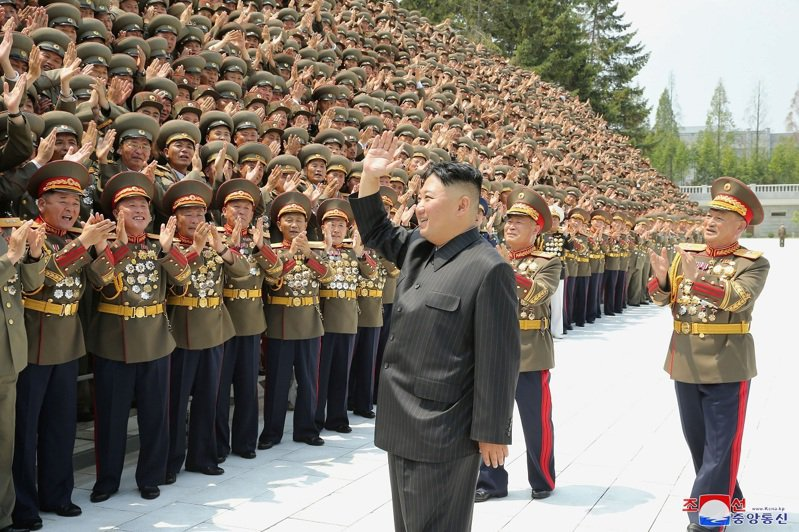 北韓官媒30日報導第一屆全軍指揮官講習會新聞,外界注意到親自主持的金正恩身材疑似再度消風,讓招牌的中山裝看起來鬆垮垮的。路透/KCNA