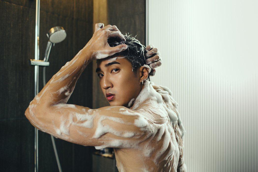 婁峻碩為沐浴乳廣告操肌一個月,結實背肌超養眼。圖/clear淨男士沐浴乳提供