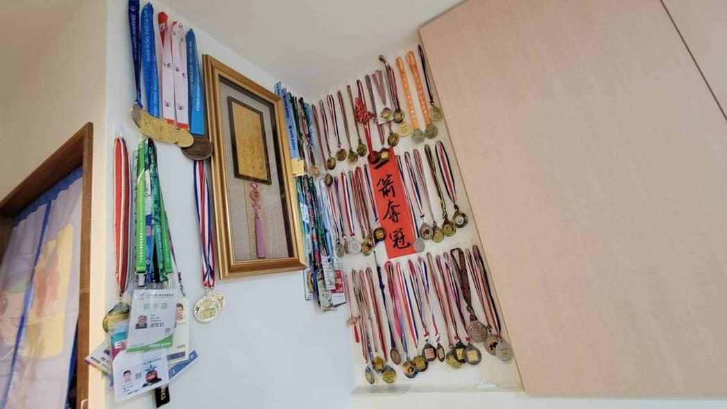 湯智鈞房間掛滿參賽的獎牌。記者江婉儀/攝影