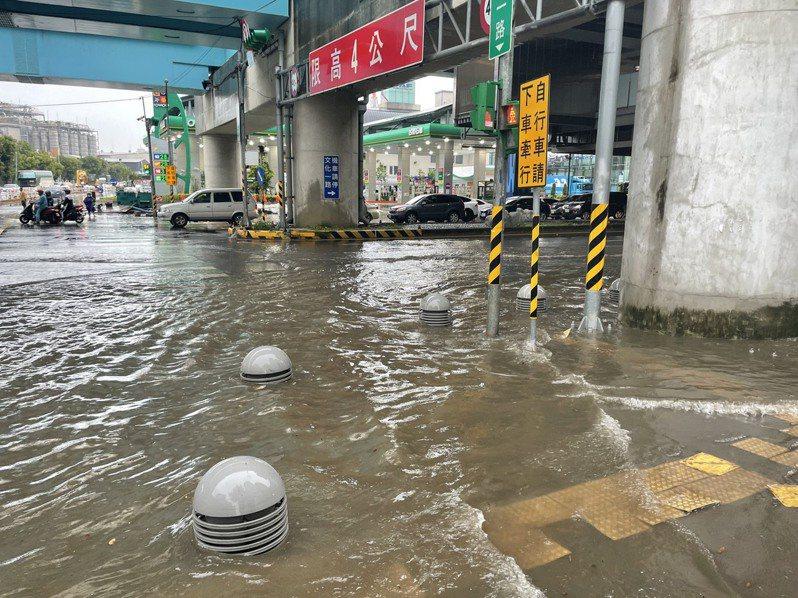 昨天大雨造成桃園市龜山區汪洋一片,市長鄭文燦今下令專案處理排水問題。記者陳俊智/翻攝