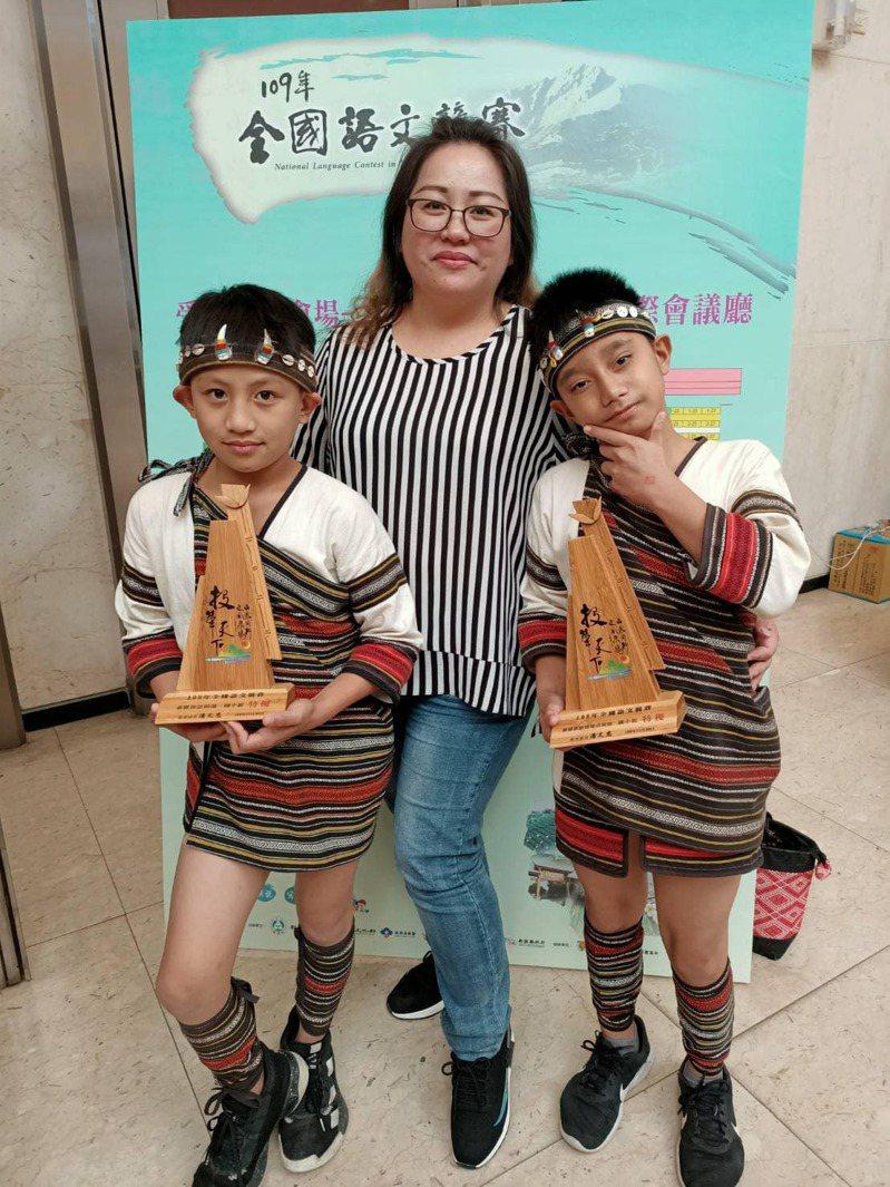 苗栗縣泰興國小學童陳翰(右)獲今年總統教育獎的肯定,圖為他參加全國族語競賽的合影。圖/苗栗家扶中心提供