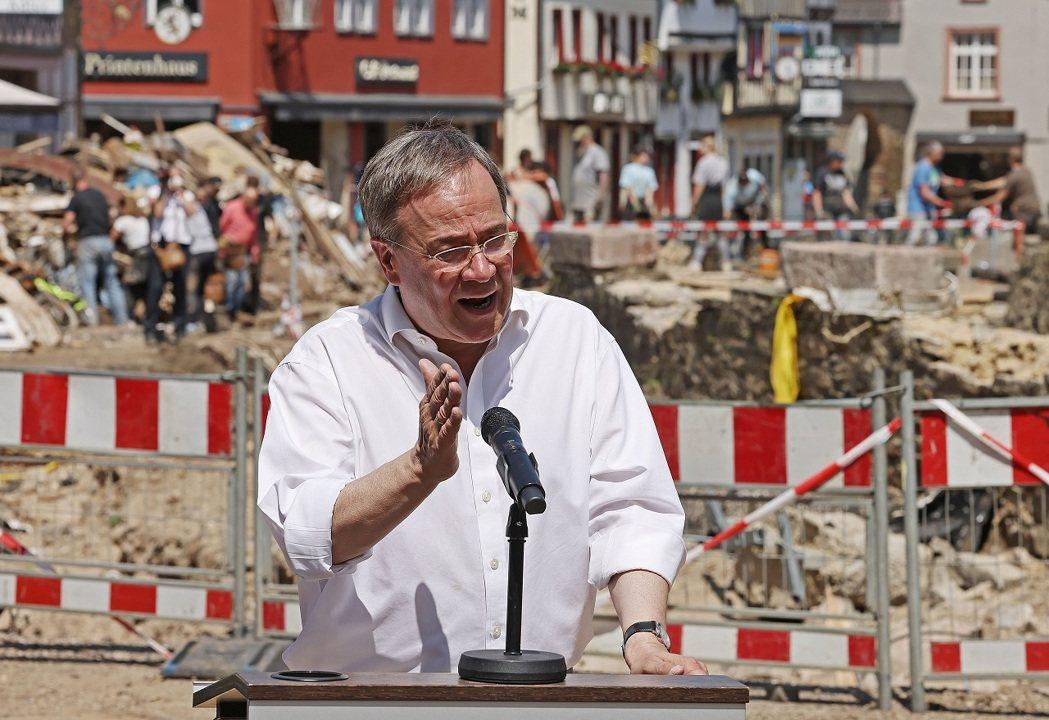 目前最有可能接替梅克爾出任德國總理的拉謝特近日遭受雙重打擊,先是被迫為著作抄襲道...