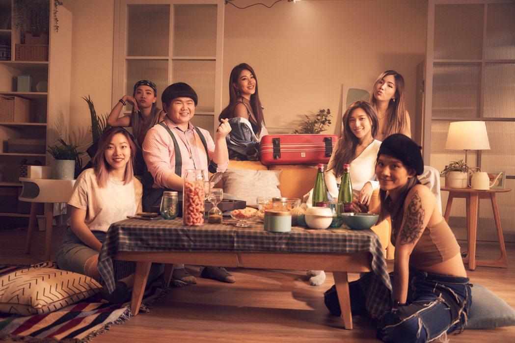 劉明湘(左4)推出新作,好友林育羣(左3)助陣MV。圖/湘湘工作室提供