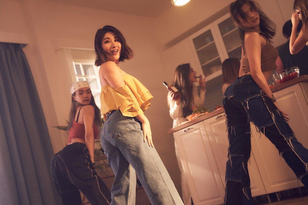 劉明湘(中)隨輕快節奏,與女性舞群朋友齊秀舞。圖/湘湘工作室提供