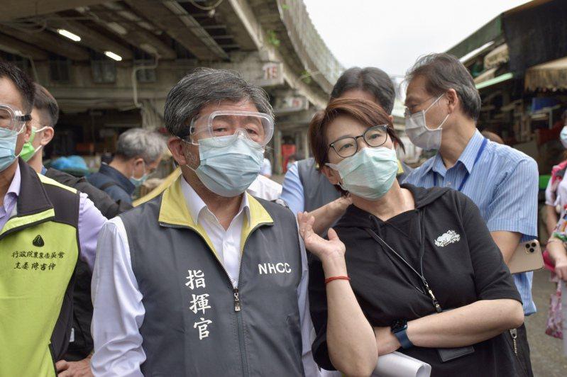 5月本土疫情爆發後,台北市副市長黃珊珊(前右)站上防疫第一線,塑造有行動力的形象,親民度提升,臉書和IG的粉絲數也看漲。圖/聯合報系資料照片