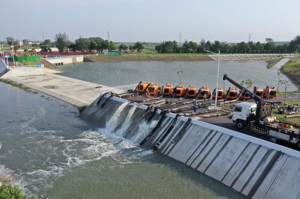 第5河川局在白水湖滯洪池預布抽水機。圖/第5河川局提供