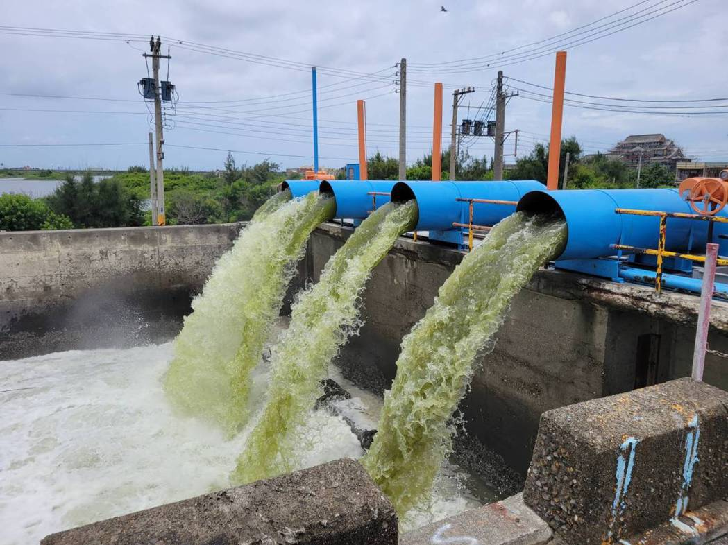 雲林縣府對各地滯洪池採取預抽方式調低水位,因應汛期的大雨。圖/雲林縣府水利處提供
