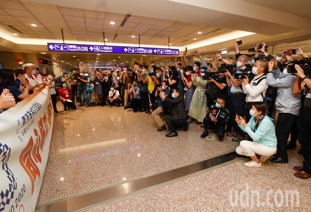 奪得奧運舉重金牌的郭婞淳傍晚回國,在登機口有許多粉絲迎接。記者鄭超文/攝影