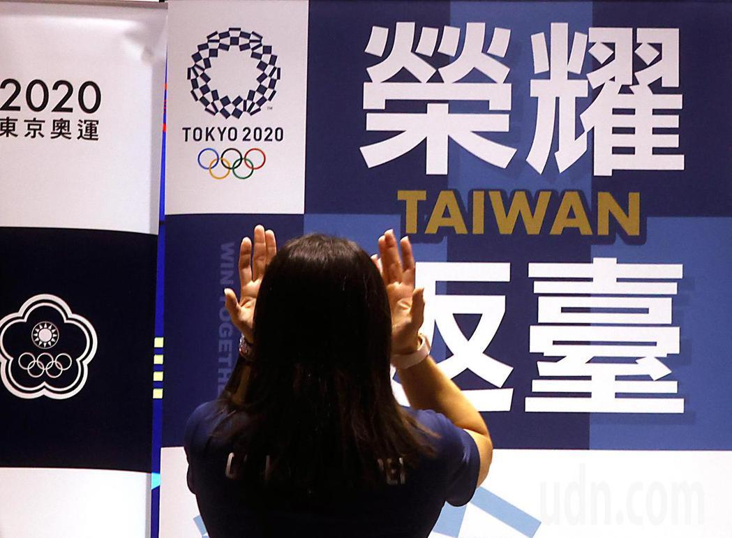 奪得奧運舉重金牌的郭婞淳傍晚回國,郭婞淳談到一路以來粉絲的支持時,忍不住流下眼淚...