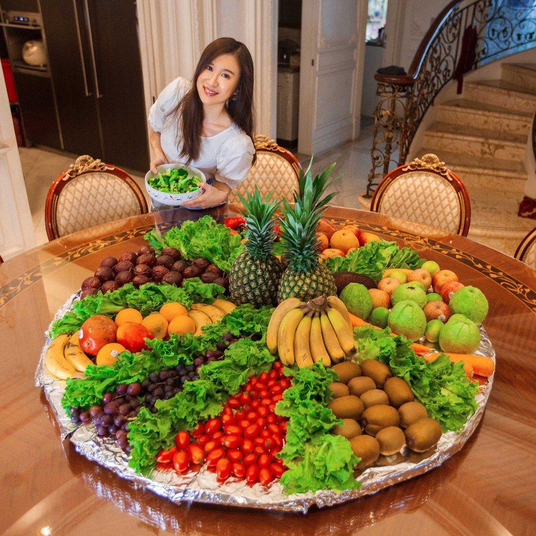 田心蕾為「防疫餐」備蔬果宛如辦桌般。圖/瑞田音樂提供