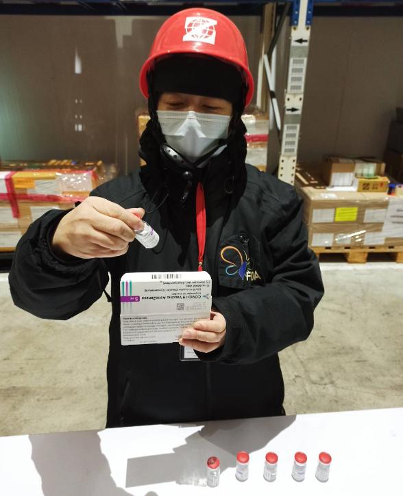 食藥署派員進行核對疫苗批號、清點數量、查核運送冷鏈。圖/食藥署提供