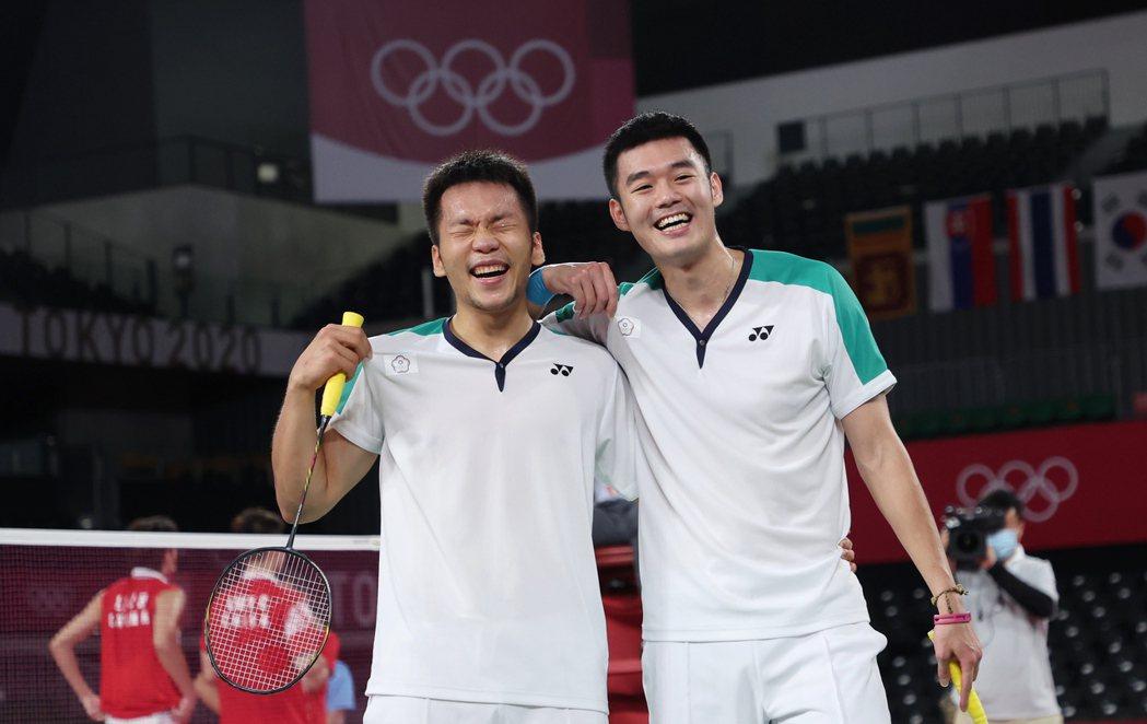 李洋(左)和王齊麟打下中華羽球隊第一面奧運金牌。特派記者余承翰/東京攝影