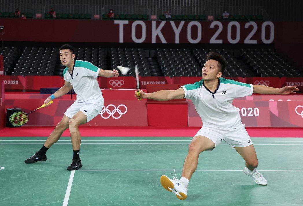 李洋(右)和王齊麟打下中華羽球隊第一面奧運金牌。特派記者余承翰/東京攝影
