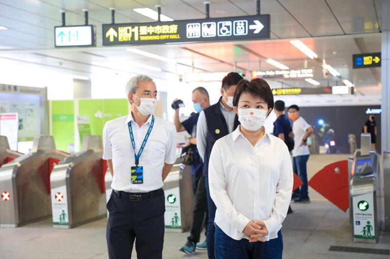 疫情降級後,台中捷運周五日運量破萬人,台中市長盧秀燕昨視察捷運市政府站,呼籲落實防疫規定。記者喻文玟/攝影