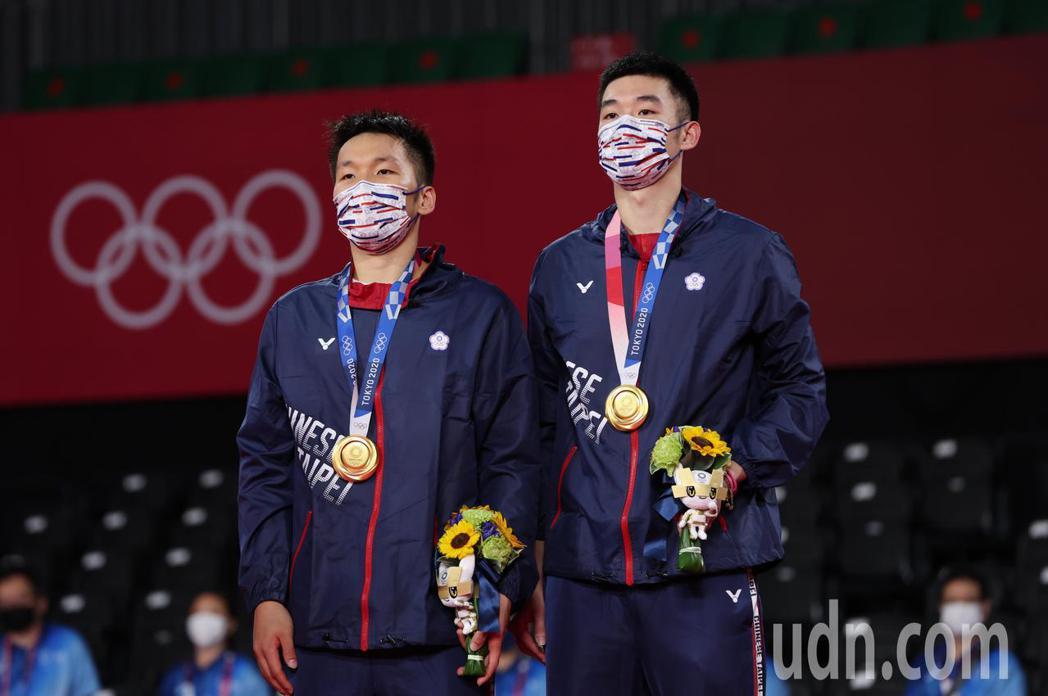 我國羽球黃金男雙王齊麟(右)與李洋(左)今晚在東京奧運金牌戰以直落二擊敗大陸對手