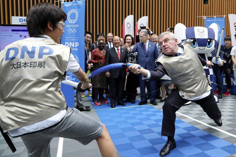 2019年7月,寶刀未老的巴赫在東京小露一手擊劍技巧,以道具和一名日本中學生比畫。美聯社