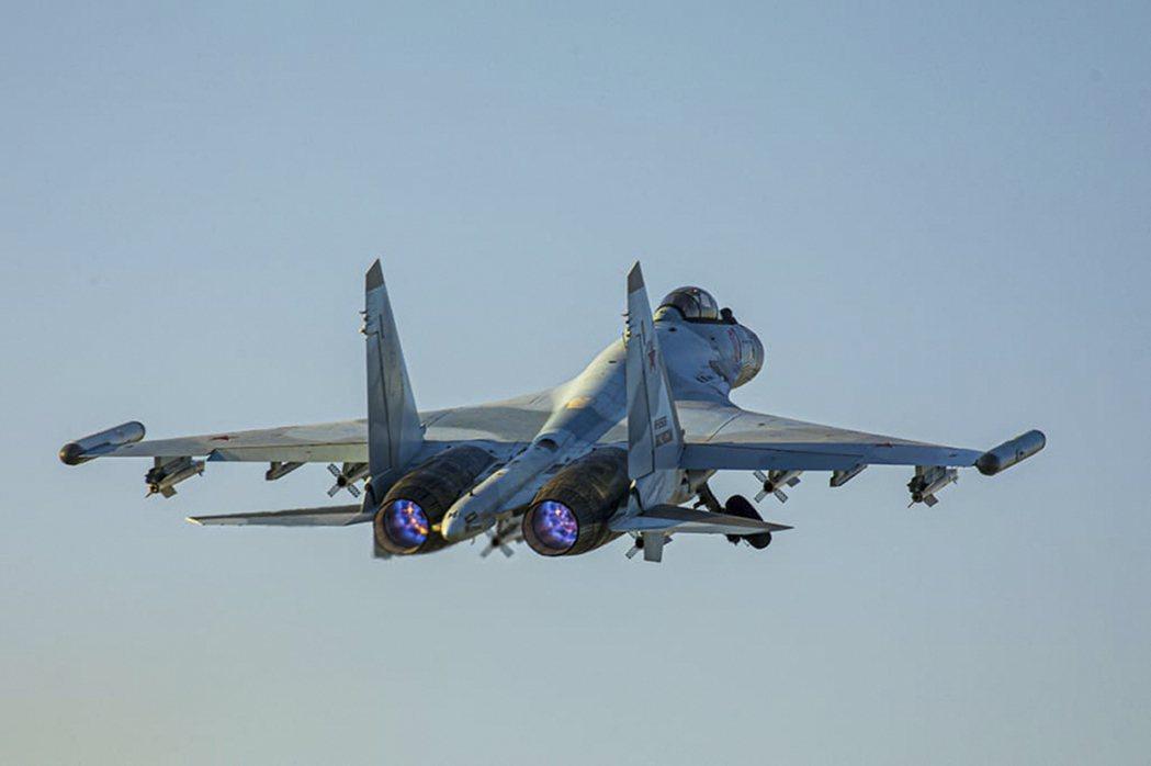 圖為引擎故障的蘇愷35戰機同型機。(美聯社)