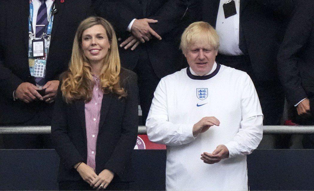 英國首相強生妻子凱莉宣布懷第二胎,圖為夫妻倆7月11日出席歐洲杯英格蘭對義大利的...