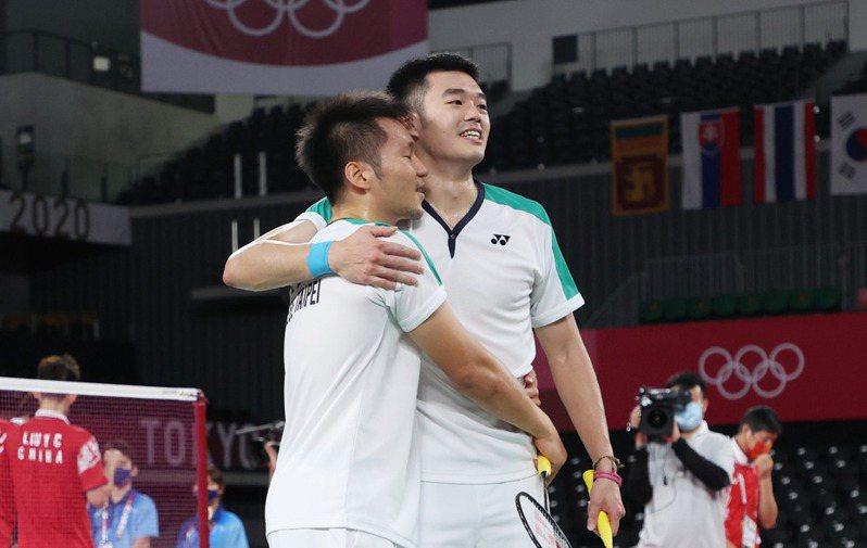 「麟洋配」打下東京奧運男雙金牌,彼此開心擁抱。特派記者余承翰/東京攝影