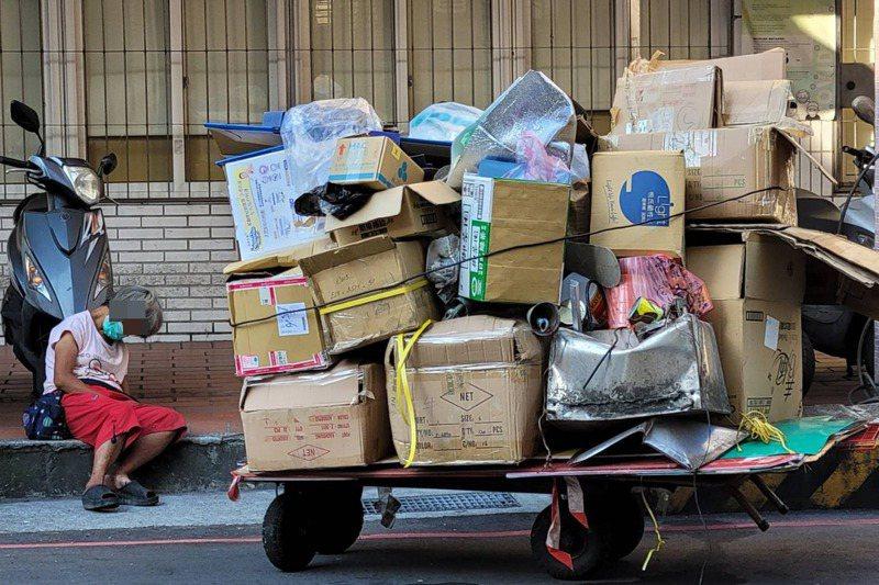 有的街友白天撿資源回收,晚上至基隆火車站過夜,白天隨處而居,倒頭就睡街頭。記者游明煌/攝影