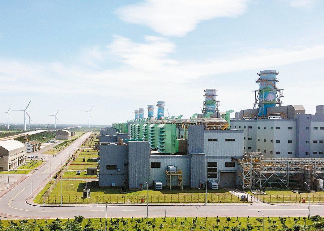 政府能源政策重押燃氣,將會取代核能成為台灣主要基載電力。圖為台電大潭電廠。(本報...