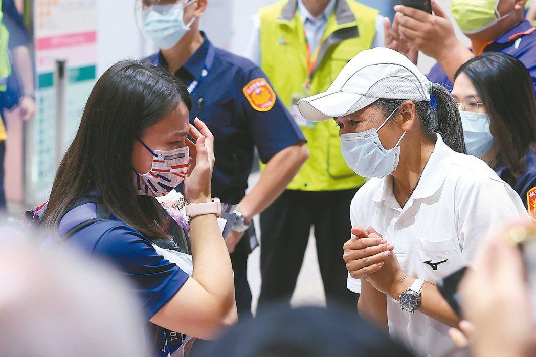 郭婞淳(左)返抵台灣時見到啟蒙教練蒲雅玲(右)前來接機,激動哽咽。記者葉信菉/攝...