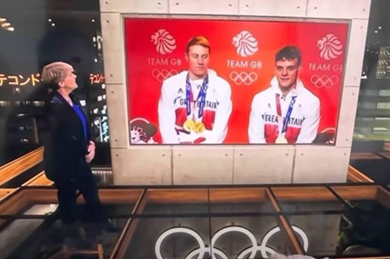 英國廣播公司(BBC)1名女主持被指失言,竟公開向該國金牌泳手表示「你第三隻腳好厲害」,令泳手在鏡頭前忍笑到「漲紅臉」。(影片截圖)