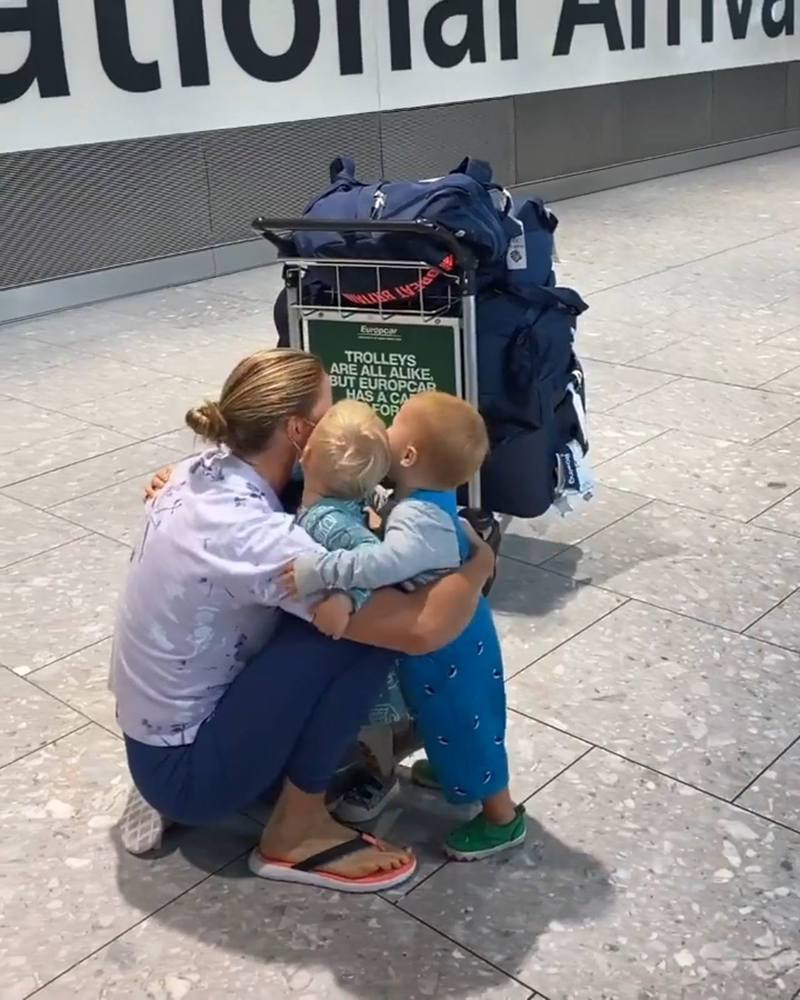 英國35歲賽艇運動員Helen Glover今屆東奧失落獎牌,回國時卻收到最窩心歡迎,孩子走出來給她緊緊的擁抱。(「Helen Glover」Twitter影片截圖)