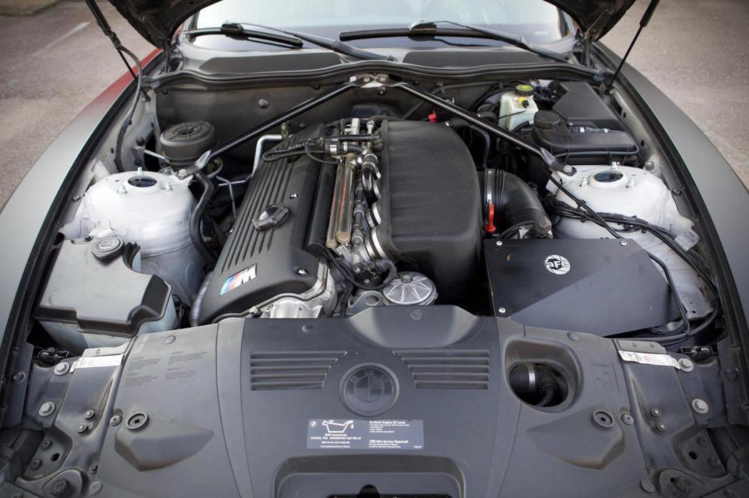 在引擎蓋下,有一個 3.2升S54直列六缸引擎。 摘自CarBuzz.com