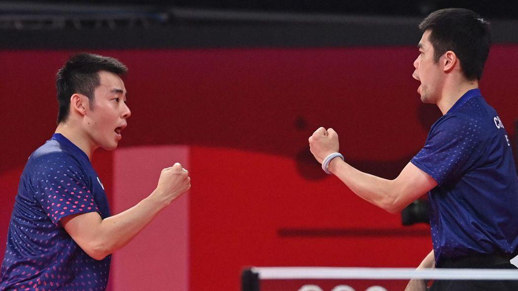 奧運男團16強中華隊莊智淵(右)與陳建安出賽。 法新社