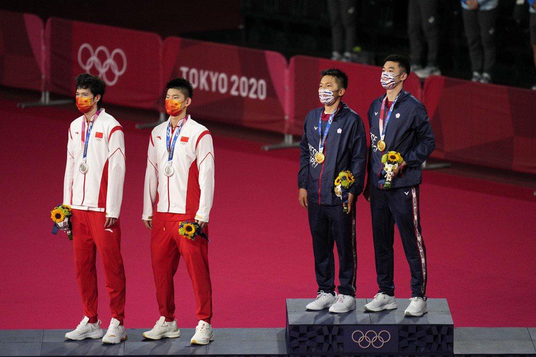 王齊麟、李洋在東京奧運羽球男雙決賽,打敗中國大陸雙塔劉雨辰與李俊慧,獲得金牌。 ...