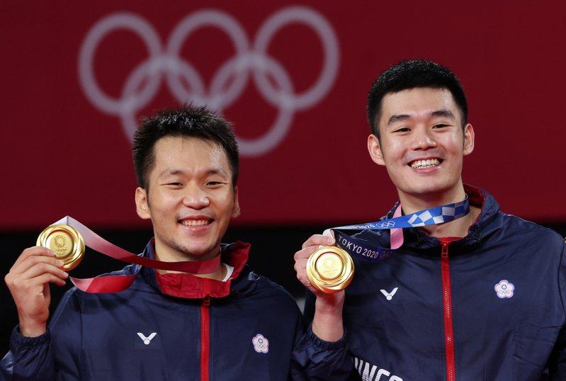 羽球黃金男雙王齊麟(右)與李洋(左)在東京奧運金牌戰以直落二擊敗大陸對手,為台灣羽球隊奪得在奧運史上第一面金牌。特派記者余承翰/東京攝影