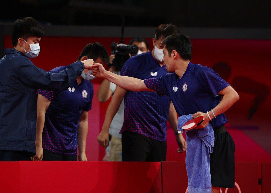 林昀儒(左)與莊智淵(右)打氣加油。 路透社