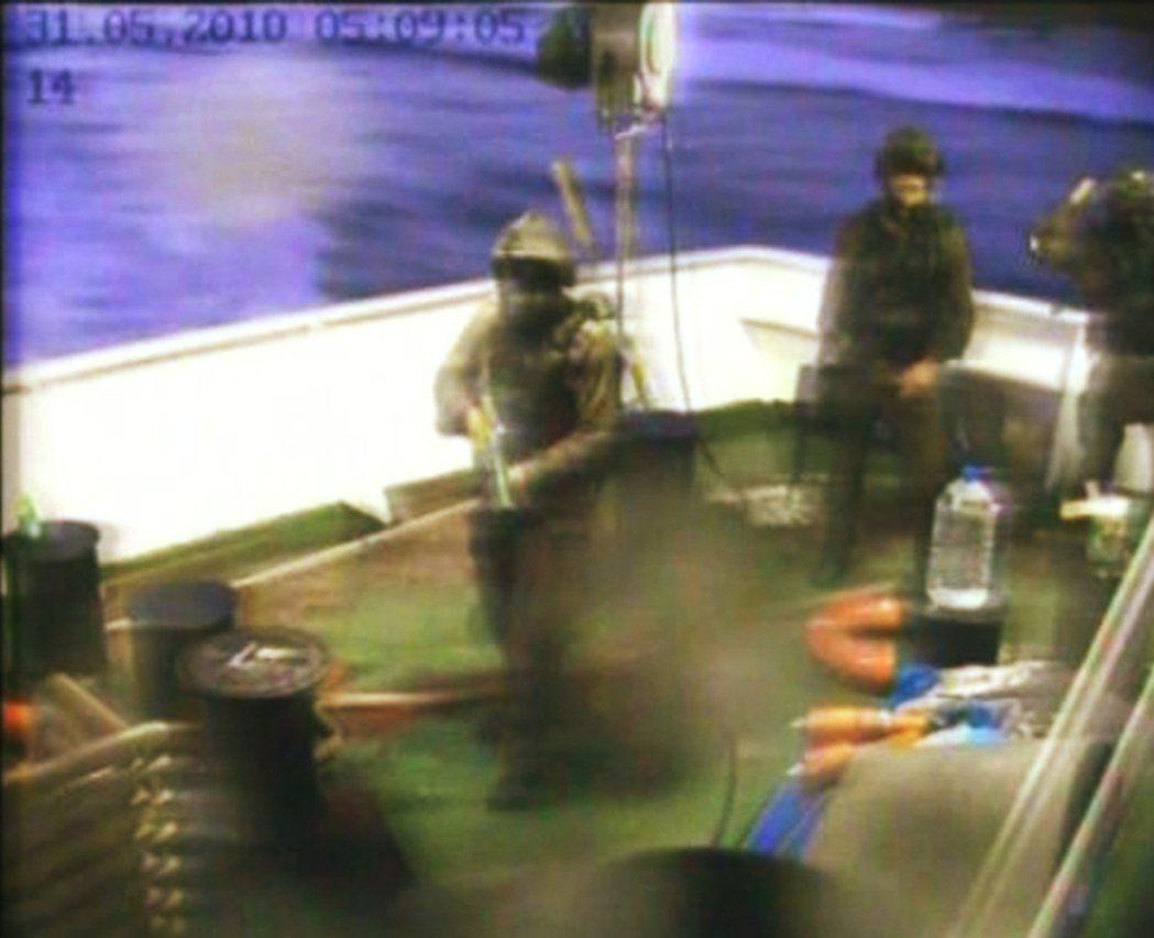 強襲空降,登上藍色馬爾馬拉號的以色列特種部隊。 圖/法新社