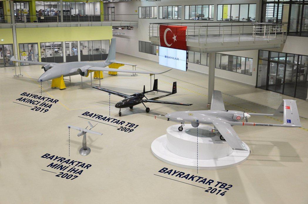 拜卡公司主要的無人機陣容:起家的迷你型(前),難得出鏡的TB1實驗機(後中),戰...