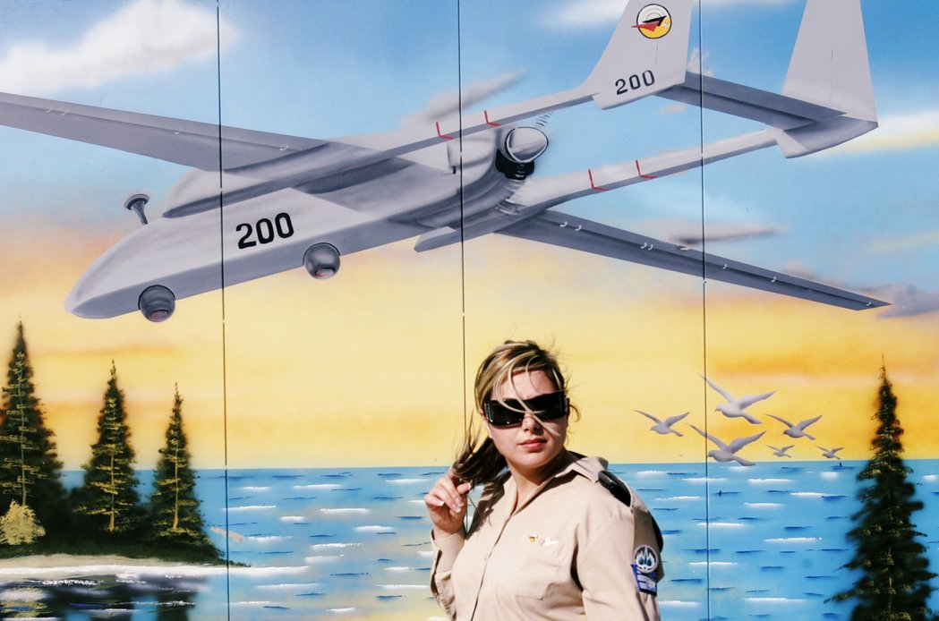 以色列空軍基地,牆上的彩繪即是以製的「蒼鷺」無人機。 圖/美聯社