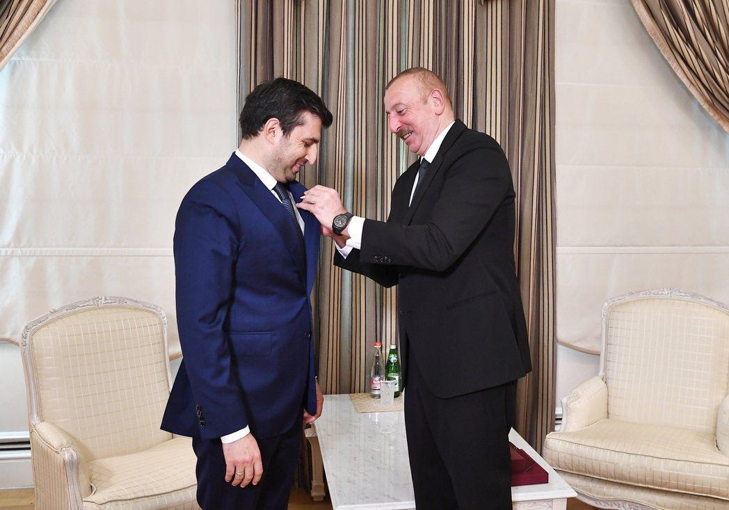 亞塞拜然總統阿利耶夫在總統府頒發卡拉巴赫勳章給拜卡公司技術長塞爾丘克.拜拉克塔,...