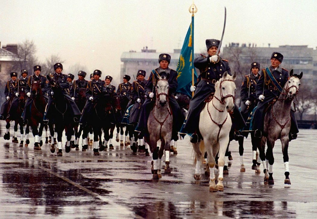 1996年,位於阿拉木圖的哈薩克獨立紀念日遊行。 圖/路透社