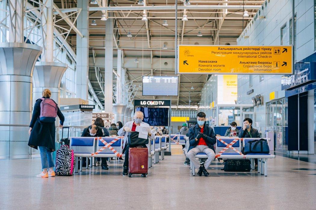 哈薩克的阿拉木圖國際機場,飛往努爾蘇丹的航班乘客在候機等待。 圖/路透社
