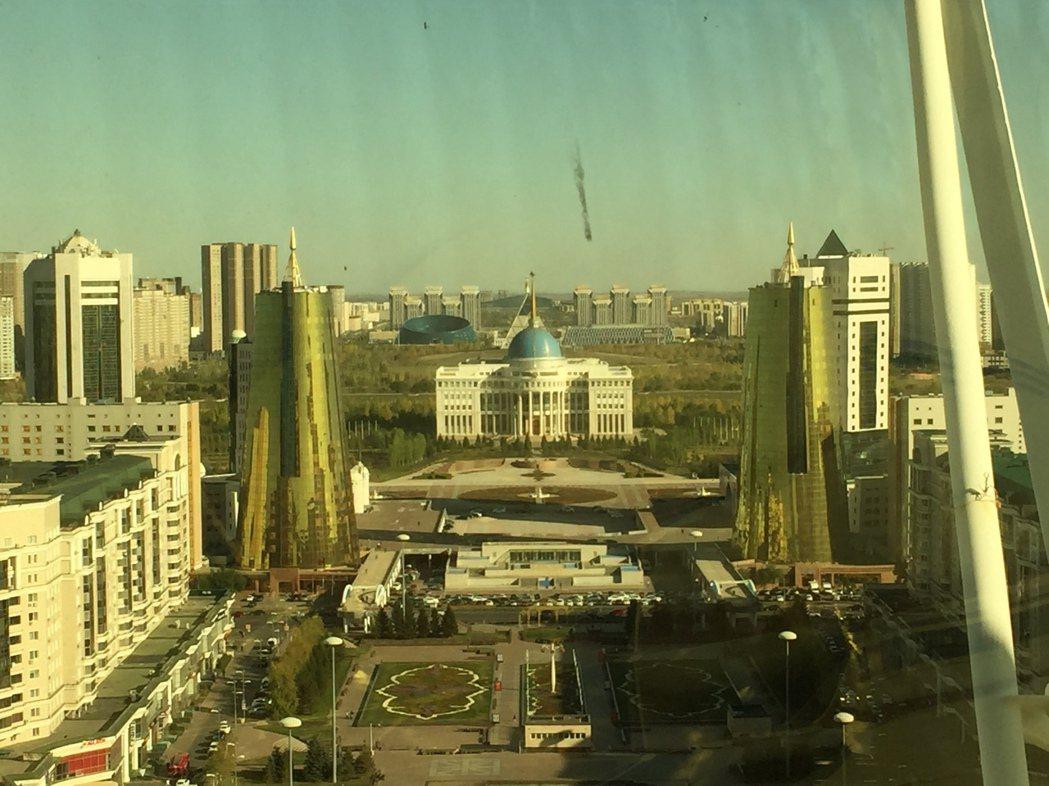 從生命樹塔頂上的金球內遠眺哈薩克總統府 圖/作者自攝