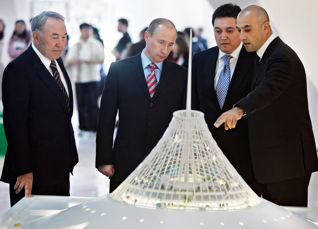 2007年,納札巴耶夫(左)向普丁介紹將要進行建造的Khan Shatyr。...