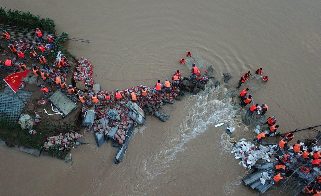 世界極端氣候的現象愈來愈頻繁,台灣年初乾旱與大陸鄭州強降雨都凸顯地球溫度上升對人...