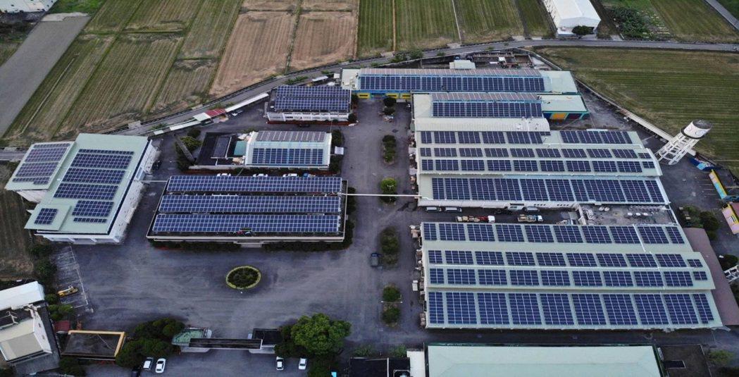由泓德能源建於雲林某大食品工廠的1MW屋頂型太陽光電系統,由星星電力轉供綠電給台...