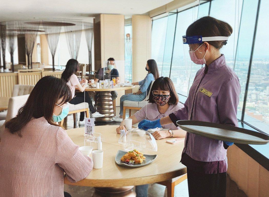 台南遠東香格里拉遵守防疫指引政策原則下,所開放醉月樓中餐廳,採梅花座,桌上架隔版...