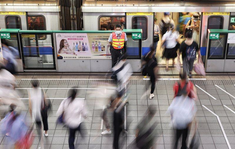 台北市衛生局指出,本週37例確診者中有14%個案感染源不明。圖為捷運古亭站的轉乘通勤族人潮。聯合報系資料照片/記者曾原信攝影